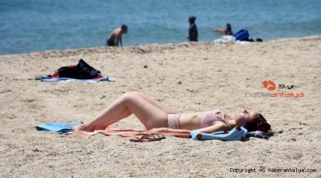 Kleopatra Plajı'nda tatilcilerin deniz keyfi
