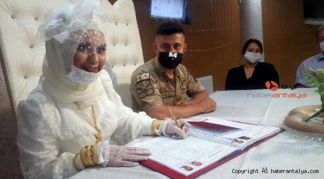 Uzman çavuş, 15 Temmuz'da üniformasıyla nikahına katıldı