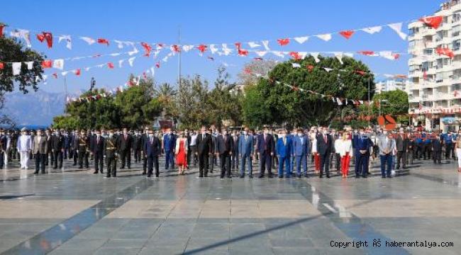 Antalya'da 30 Ağustos kutlandı, alternatif törende sosyal mesafe unutuldu