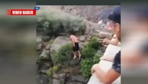 Metrelerce yükseklikten suya atlayan genç, yürekleri ağza getirdi !