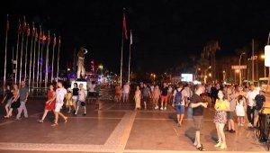 Tatilciler gündüz plajları, akşam sokakları doldurdu