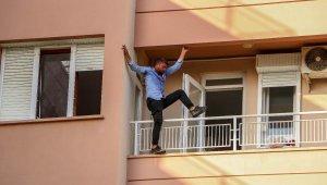 Antalya'da inanılmaz anlar. Evindeki eşyaları yakıp, balkonda intihara kalkıştı