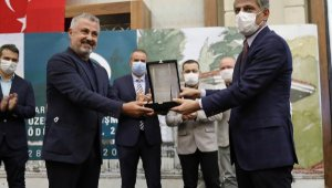 Başkan Sözen ödülünü aldı