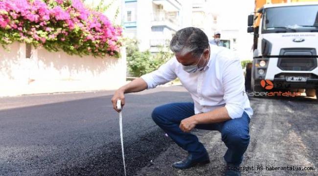 Başkan Uysal, metreyle asfaltın kalınlığını ölçtü