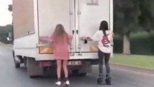 Kamyonete tutunan patenli kızlar: Ağabey çekme, annem kızıyor