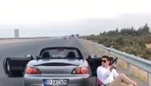 Otoyol kenarında oturup, havaya ateş açan sürücü yakalandı !