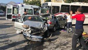 Zincirleme kazada 3 araç birbirine girdi