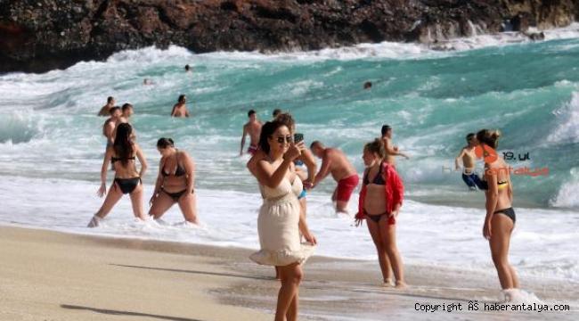 Alanya'da turistlerin 'dalgalı deniz' keyfi