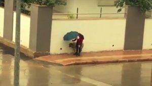 Antalya'da sağanak yağmur altında iç ısıtan anlar
