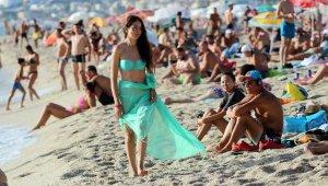 Antalya'da sahiller yaz aylarını aratmadı. Tıklım tıklım doldular