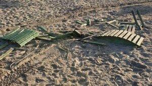 Plaj haramileri ! Arazi araçlarıyla girip, şezlong ve güneşlikleri kırdılar