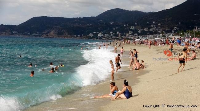 Turistlerin kapalı havada dev dalgalı deniz keyfi