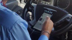 Yolcu otobüsü şoförü, seyir halindeyken cep telefonuyla oynayıp, çekirdek çitledi