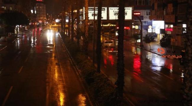 Antalya'da sokağa çıkma kısıtlaması yağmurla başladı