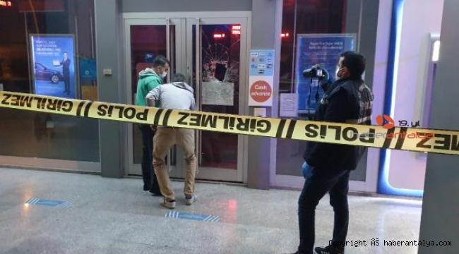 Bankanın camını kaldırım taşıyla kırdı, pişman olup polise teslim oldu