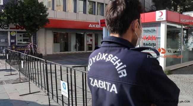 Bankların şeritlerle kapatıldığı o caddeye giriş sınırlı !
