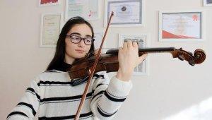 12 yaşındaki kemancı Cansu gururlandırmaya devam ediyor