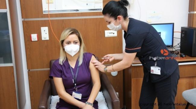 Akdeniz Üniversitesi Hastanesi'nde CoronaVac aşılaması başladı