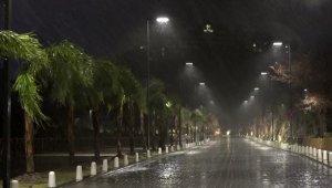 Antalya fırtına ve yağmura teslim oldu