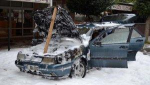 Çalıştırmak istediği otomobili yandı