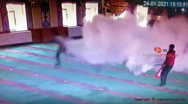 Camiye giren 5 çocuk, ortalığı birbirine kattı