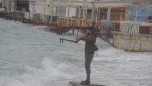 Dev dalgalar sahilleri dövdü