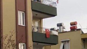 Genç kadın çatıya çıktı, ortalığı birbirine kattı