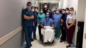 Koronavirüs tedavisi gördüğü hastanede en büyük sevincini yaşadı