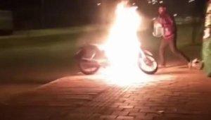 Motosikletindeki yangına bakın nasıl müdahale etti ?
