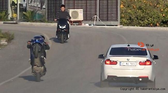 Motosikletli gençlerin tehlikeli eğlencesi pahalıya mal oldu !