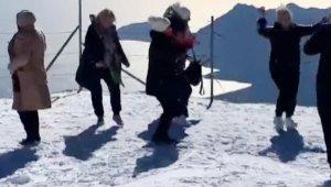 Ruslar, 2365 metrelik zirvede 'Erik Dalı' türküsüyle oynadı