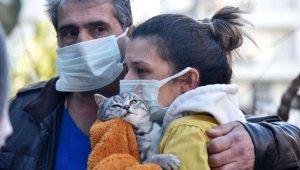 Yangında mahsur kalan kedisi için gözyaşı döktü