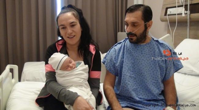 Yoğun bakımda ölüm kalım mücadelesi verirken aynı hastanede oğlu dünyaya geldi