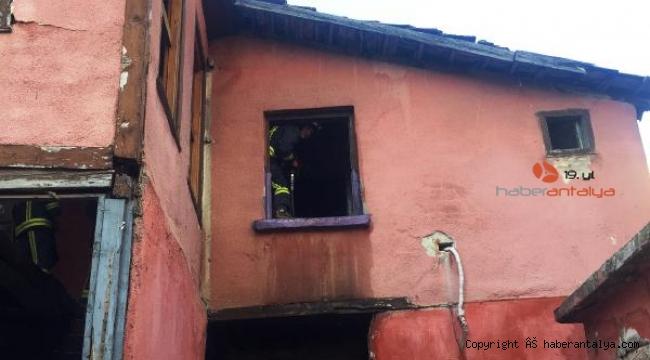 2 katlı metruk ev yangını paniğe neden oldu