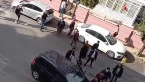 Antalya'da komşu iki aile kavga etti, bir kişi otomobile kafa attı !