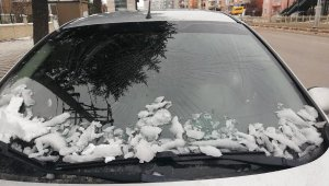 Düşen buz parçası, otomobilin camını kırdı