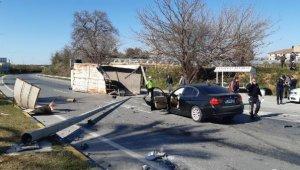 Manavgat'ta kamyon otomobile çarptı: 3 yaralı