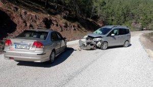 Otomobille hafif ticari araç çarpıştı: 2'si çocuk 5 yaralı