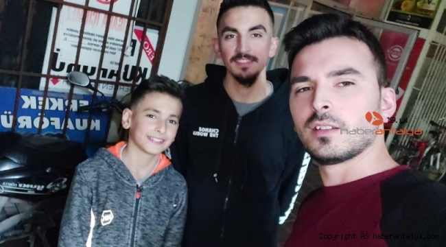Ali'den sadece ağabeyleriyle çekindiği fotoğraf kaldı