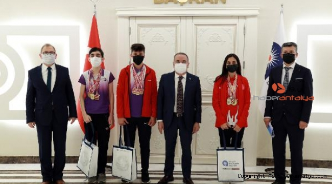 Başkan Böcek başarılı sporcuları ağırladı
