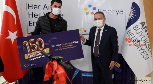 Başkan Böcek'ten 150 bininci doğal gaz abonesine ödül