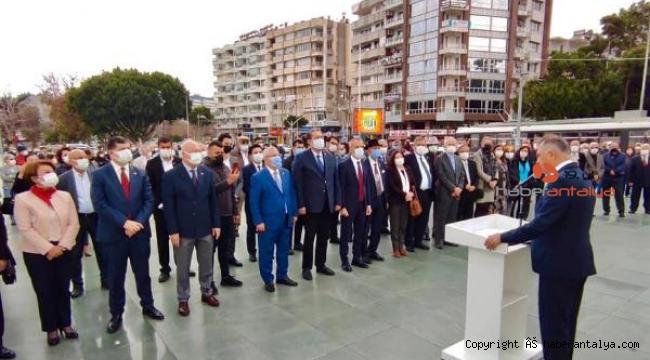 Cumhuriyet Meydanı'nda anıta çelenk