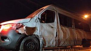 Sporcuları taşıyan minibüs kaza yaptı: 1'i ağır, 7 yaralı !