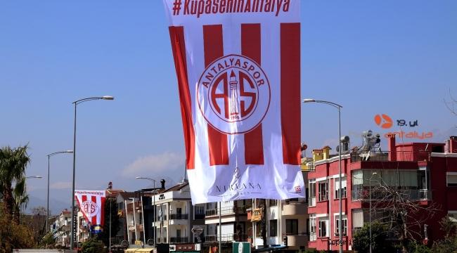 Antalya caddeleri bayraklarla süslendi