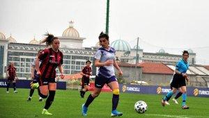 Kadınlar sahaya iniyor, futbol güzelleşiyor
