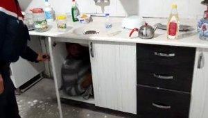 Kumar baskınında mutfak dolabında yakalandı !
