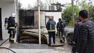 Otel bahçesinde çıkan yangında, prefabrik ev ile lüks otomobil zarar gördü