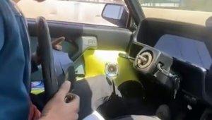 Otomobili direksiyonsuz kullandı !