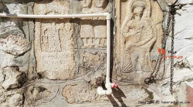 Roma duvarına plastik çeşmeyle gündeme gelen mahallede 25 eser tespit edildi
