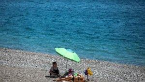 Boş sahilde denize keyfi